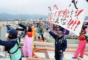 「宝の海を返せ」とシュプレヒコールを繰り返すノリ漁師たち=長崎県諫早市