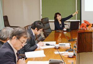 認知症の当事者や家族に必要なサポートを説明する町社協の江藤ケイ子さん=太良町役場