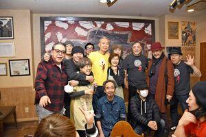 ウシャコダのライブ後、記念撮影する一力千恵さん(中央)らスタッフとミュージシャンたち=唐津市二タ子のリキハウス