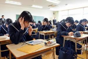 タブレット端末に接続したマイクを使い、英語の問題に答える生徒=唐津市の唐津東高
