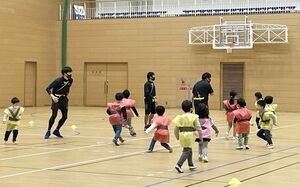 子どもたちが忍者体験を楽しんだ忍者フェスタ=嬉野市中央体育館(提供写真)