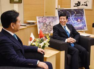ベトナムの経済などを説明するグエン・クオック・クオン大使(右)=佐賀県庁