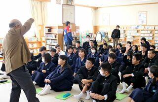 有田焼の歴史や特徴学ぶ 金泉中で本社出前授業
