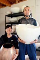 協力し合い、それぞれが作家として高い評価を得る中村清吾さん(右)美穂さん夫妻=有田町のアトリエ