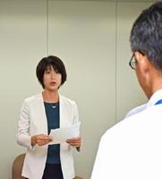 オスプレイ配備計画の撤回の要請書を読み上げる稲村蓉子共同代表(左)=佐賀県庁