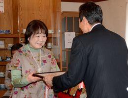 年間最優秀賞の表彰を受ける松尾邦代さん(左)=有田町の有田館