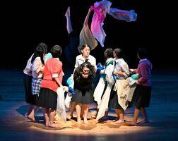 高校生の妊娠を扱う舞台で、難しい役柄を好演した佐賀東演劇部3年の江頭歩穂さん(画面中央手前)=鳥栖市民文化会館