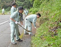 河内ダム周辺の道路などを清掃する社員たち=鳥栖市河内町