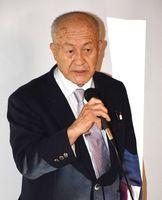 松尾儀助の功績を紹介した儀助のひ孫に当たる田川永吉さん=佐賀市のこねくり屋