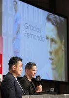 現役引退の記者会見をするサッカーJ1鳥栖のフェルナンドトーレス。左は竹原稔社長=23日、東京都内のホテル