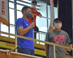 選手や子どもたちの試合を見守ったアレクサンダル・ラトゴウ選手(左)=唐津市和多田の市文化体育館