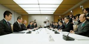 首相官邸で開かれたギャンブル依存症対策推進本部会議=19日午前
