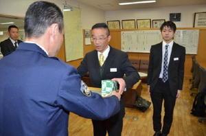 田中千昭署長(左)から感謝状を受け取るJAさが東部田代支所の森栄利支所長(中央)と、同職員の大坪篤史さん(右)=鳥栖市の鳥栖署