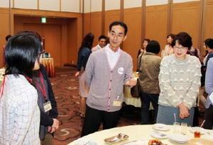 参加者と懇談する山村社長(中央)