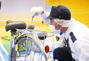 鑑識競技大会で、指紋などを採取する警察官=佐賀市の県警察学校