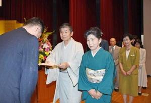 晴れやかな表情で表彰を受ける金婚さん夫婦=武雄市の北方公民館