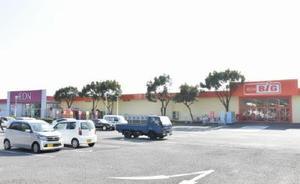 マックスバリュ九州の「ザ・ビッグ」が入り、リニューアルオープンしたイオン江北店=杵島郡江北町