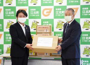 山田恭輔町長にニット製マスクを贈る飯田清三会長(右)=江北町公民館