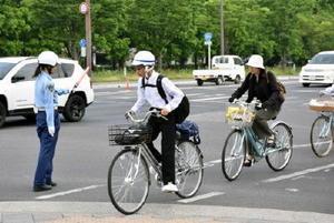 通行区分を守って自転車レーンを走行する人たち=佐賀市の天神橋交差点