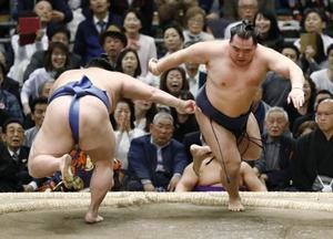 鶴竜(右)が正代をはたき込む=エディオンアリーナ大阪