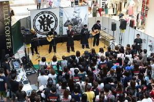 大勢のファンがステージを囲み、会場は熱気に包まれた