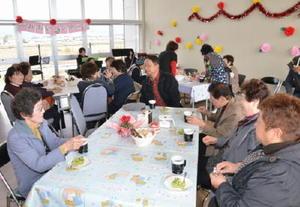 上峰町老人クラブ連合会のふれあい喫茶。地域のお年寄りたちが集まって喫茶とおしゃべりを楽しんでいる=上峰町中央公園管理棟