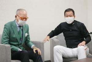試合前に原監督(右)を激励した巨人の長嶋茂雄元監督=25日、東京ドーム(球団提供)