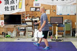 練習後にマットを消毒する鳥栖工レスリング部の生徒=鳥栖市の同校レスリング場