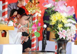 誕生仏に甘茶を掛ける園児=佐賀市呉服本町の656広場