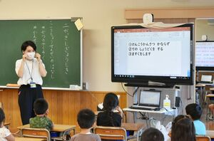 各教室で行われた始業式では、新型コロナウイルスの感染拡大防止についての指導も行われた=31日朝、佐賀市の赤松小(撮影・山田宏一郎)
