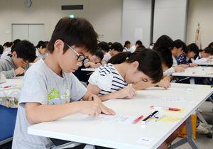 読み上げられた数字を聞き、暗算する参加者の子どもたち=佐賀市の佐賀商工ビル