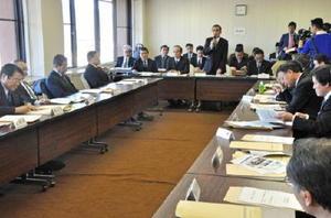 玄海原発の安全対策などを県内首長に説明する九州電力の担当者(奥)=佐賀市役所大和支所