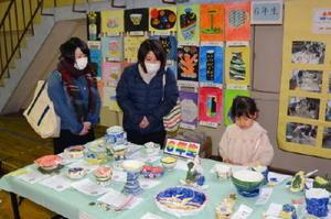 児童が1年かけて作り上げた磁器の力作が並ぶ「有田小やきもの展」=有田小学校
