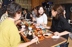 コハダ料理を食べる来場者=太良町の光福寺