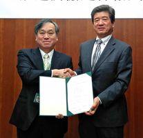 協定書に調印し握手を交わす末安伸之みやき町長(右)と高野克己東京農業大学長=東京農業大