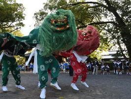 「一番通夜」では、琴路神社周辺の17地区が夕方から代わる代わる浮立を披露する。新町の「子供獅子浮立」は、女子が奏でる太鼓に合わせて、男子が力強く獅子舞を演じる=鹿島市納富分