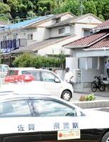 容疑者が母親を殺害したとみられる自宅(中央)=25日午後0時半ごろ、唐津市鏡