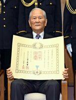 春の叙勲で瑞宝小綬章を受章した荒谷良幸さん=佐賀市の県警本部