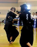 剣道男子個人決勝 メンを決めて優勝した白石の山口穂高(左)=佐賀市の大和中学校体育館