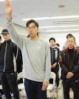 鹿島市チームの結団式で宣誓する副島孝輝選手=鹿島市陸上競技場