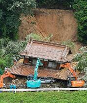 広島で住宅の裏山崩壊、親子不明