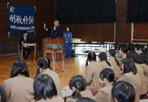今春卒業する生徒たちに地元消防団の活動について紹介する吉田貴大団長(奥)=神埼清明高校