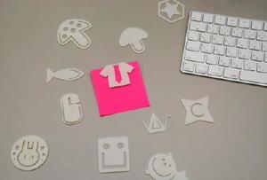 3Dプリンターで生徒が作ったペーパークリップ。紙を挟むとネクタイが現れるカワイイデザインも