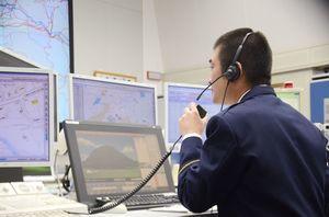 110番に対応する通信指令課の職員。中には日本語が通じない外国人からの通報もある=佐賀市の佐賀県警本部