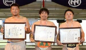 左から敢闘賞を受賞した湊Aの神田大吉、殊勲賞を受賞した田中秀明、技能賞を受賞した鎮西Aの坂井健吾