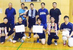 循誘校区一般ソフトバレーボール大会 男子の部で上位入賞したチームの選手たち