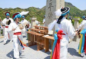 農楽を演奏し李参平をしのぶ公州伝統演戯団=有田町の陶祖李参平碑前