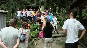 町内の観光スポットで記念撮影する武漢北湖小の子どもたち=上峰町