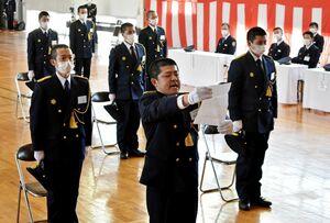 入校生を代表して宣誓する木原翔馬さん(中央)=佐賀市兵庫町の佐賀県消防学校