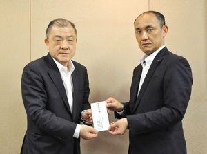佐賀善意銀行の事務局に浄財を手渡すスーパーモリナガの堤浩一社長(左)